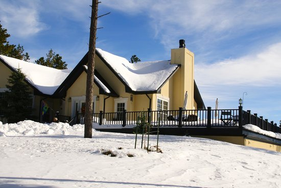 Peregrine Pointe Bed and Breakfast: Exterior (with snow)
