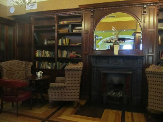 Cahir House Hotel: Library on the main floor.