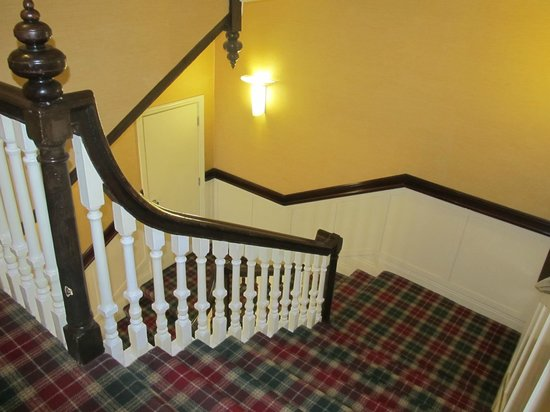 Cahir House Hotel: Stairwell leading to our room, carpets were clean.