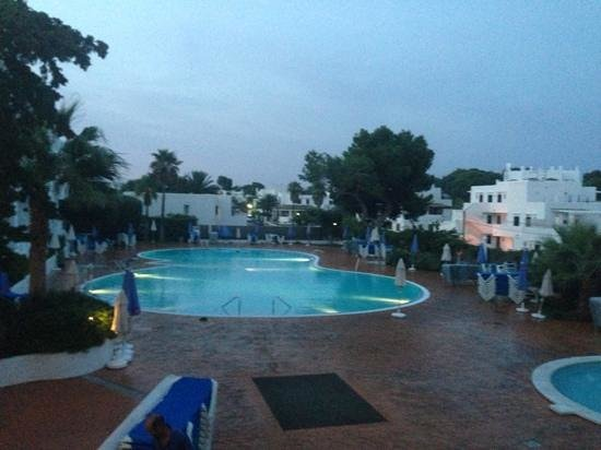 Gavimar Ariel Chico Club Resort: pool area at night, basic but cleaned daily