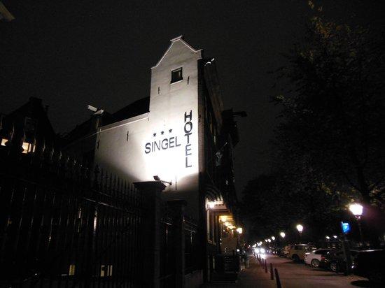 Singel Hotel Amsterdam : 建物は暗くなるとライトアップされます