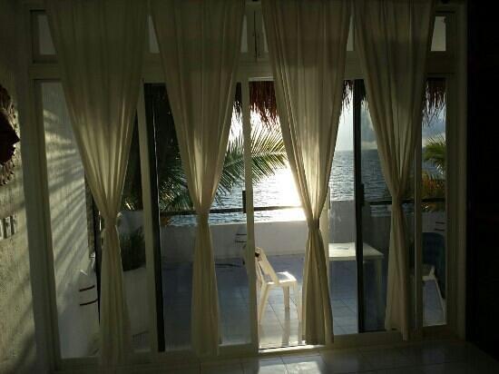 Del Sol Beachfront: vue chambre