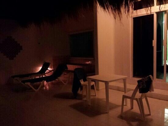 Del Sol Beachfront: terrasse de nuit