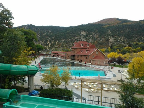 Glenwood Hot Springs Lodge : View from Ped Bridge of Hot Springs pools very near to the Hot Springs Lodge