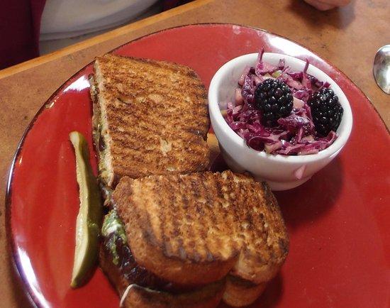 Linn's Fruit Bin Restaurant: Veggie panini