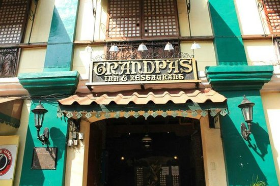 Grandpa's Inn : The front view of the hotel