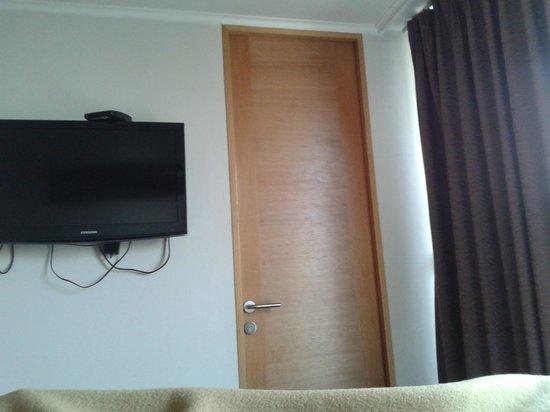 Travel Place Apartments: Buen televisor