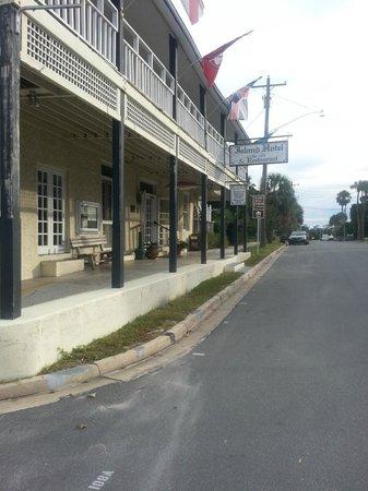 Island Hotel & Restaurant: Hotel front