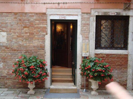Residence Corte Grimani: Front Door