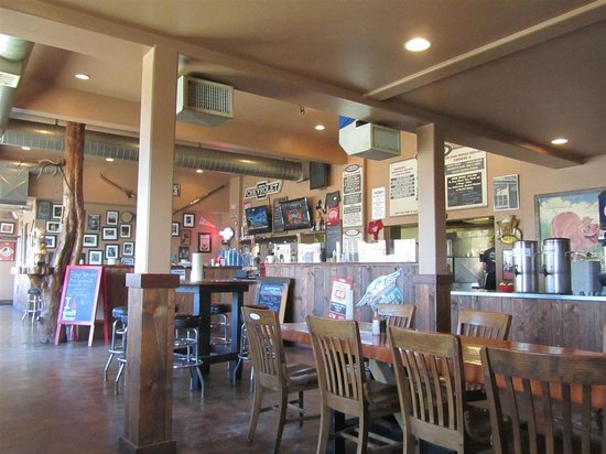 Moe's Original Bar B Que : Inside