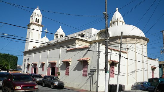 Villa Abby B&B: Church in the central plaza of Quebradillas
