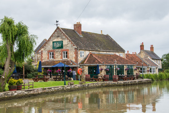 The Barge Inn: Barge Inn from the Canal