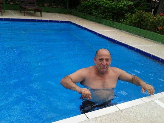 Hotel Mar de Luz: Don Carlos  disfrutando en un de las piscinas del hotel