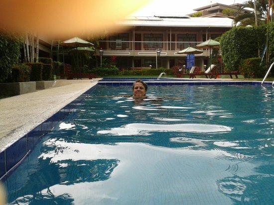 Hotel Mar de Luz: Doña Luz refrescánbose,  al fondo, parte oeste del hotel