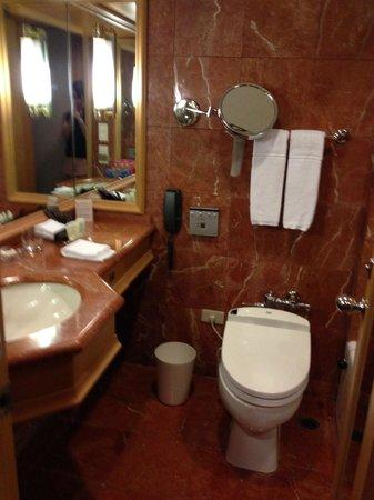 Ambassador Hotel Taipei: 洗面台とトイレ