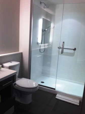 Element Miami International Airport : spacious bathroom
