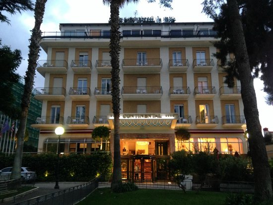 Hotel Continental : Front of Hotel (It faces a lovely little park)