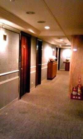Hotel Flowers: 7F elevator hall
