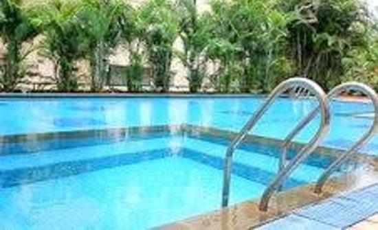Sherwood Suites: spacious swimming pool