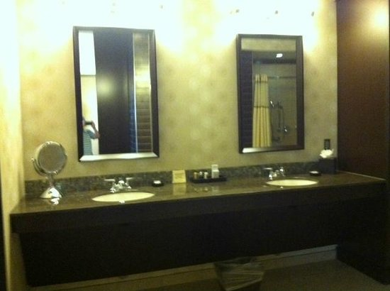 Wild Horse Pass Hotel & Casino: Double sinks in large ADA bathroom