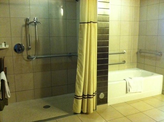 Wild Horse Pass Hotel & Casino: Separate walk-in shower & bathtub in ADA room