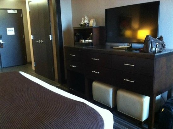 Wild Horse Pass Hotel & Casino: 6-drawer dresser with large flat screen TV in regular room