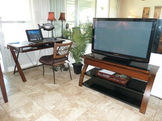 Kihei Kai Nani: Unit 215 - living room/large flat screen tv