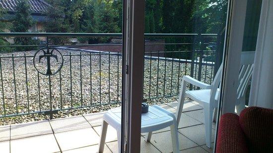 Waldhotel Tannenhäuschen: Blick vom Balkon a. d. Haupteingang
