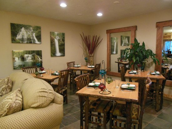 Carson Ridge Luxury Cabins: Breakfast area - Pictures on wall of the local waterfall hikes