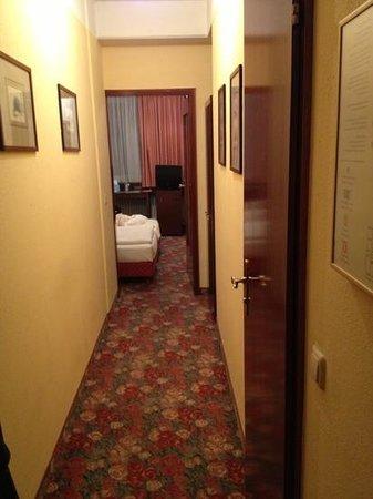 Hotel Condor: lungo corridoio ma bagno micro