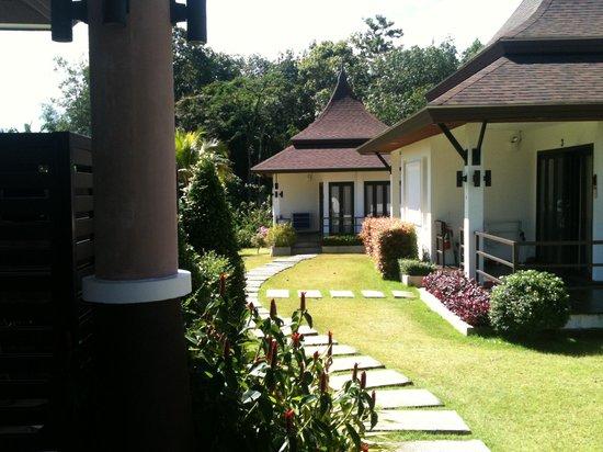Leelawadee Garden Resort: Zwei der acht Häuschen