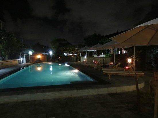 Coco Guesthouse & Bungalows: Вечером романтическая иллюминация, в т.ч. свечи на столиках.