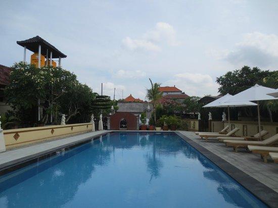 Coco Guesthouse & Bungalows: В любое время дня и вечера, бассейн и шезлонги  к вашим услугам (после 12 шезлонги сушат)