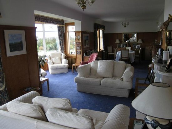 Links Lodge B & B: common room and breakfast area at far end
