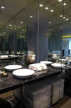 99 Bonham All Suite Hotel: lavatory