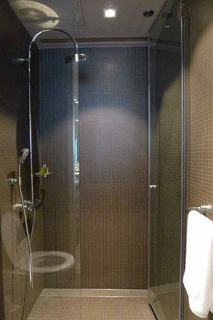 99 Bonham All Suite Hotel: shower