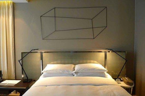 99 Bonham All Suite Hotel: bed