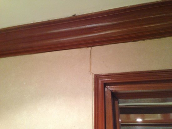Dorsett Grand Labuan : Nasty Peeling Wallpaper