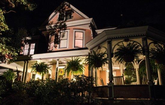 Beaufort House Inn: Outside at night