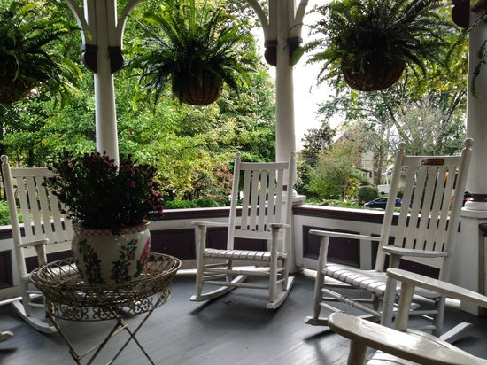 Beaufort House Inn : Porch sitting area