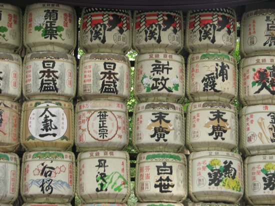 Travelience: Barrels of sake wrapped in straw