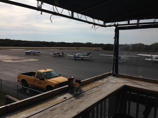 Hangar B Eatery : Small outside deck overlooking air field