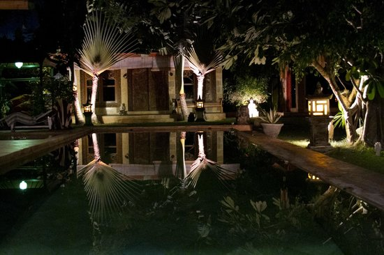 Villa Dermawan: Pool at night