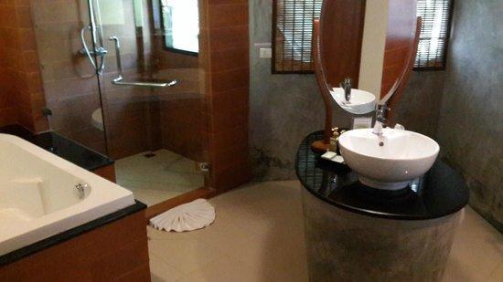 Aonang Phu Petra Resort, Krabi Thailand: huge bathroom