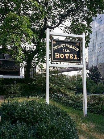 Mount Vernon Hotel Museum & Garden: Entrance