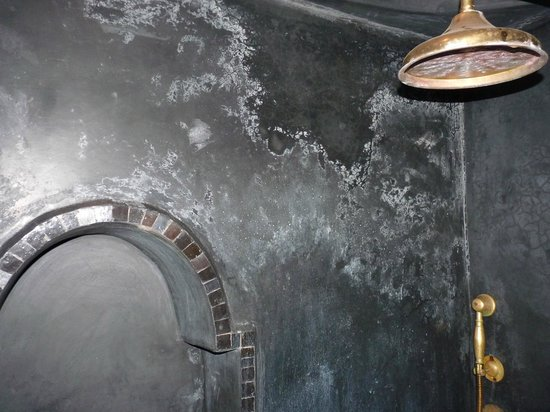 Riad Khol: salpêtre sur les murs de la salle de bain
