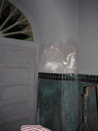 Riad Khol: plafonnage de la chambre s'effritant