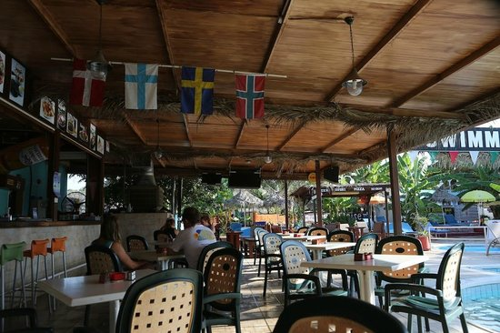 Kkaras Hotel Apts. : Restaurant with swimming pool and Nordic flags