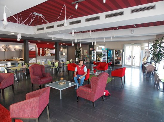 B&B Hotel Barcelona Mollet: Entrance, with lounge and breakfast area