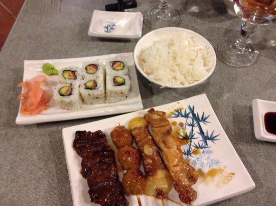 Tokyo: Maki California accompagné de riz et des brochettes yakitori ( bœuf , poulet , bœuf au fromage )